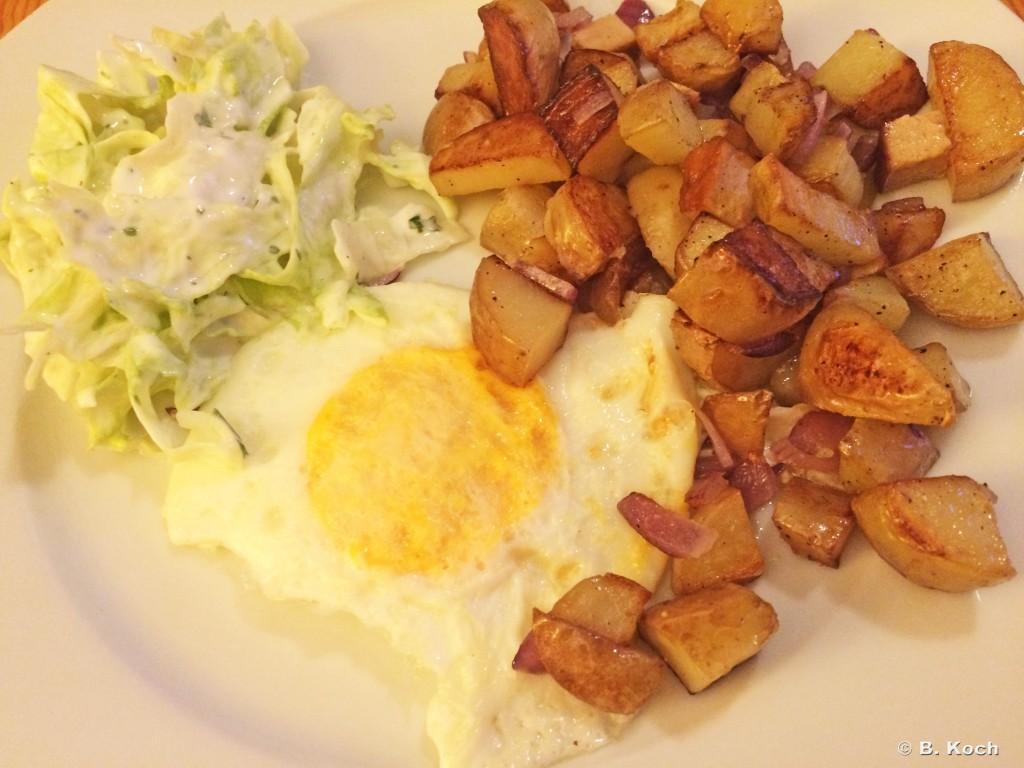 bratkartoffeln_spiegelei_salat