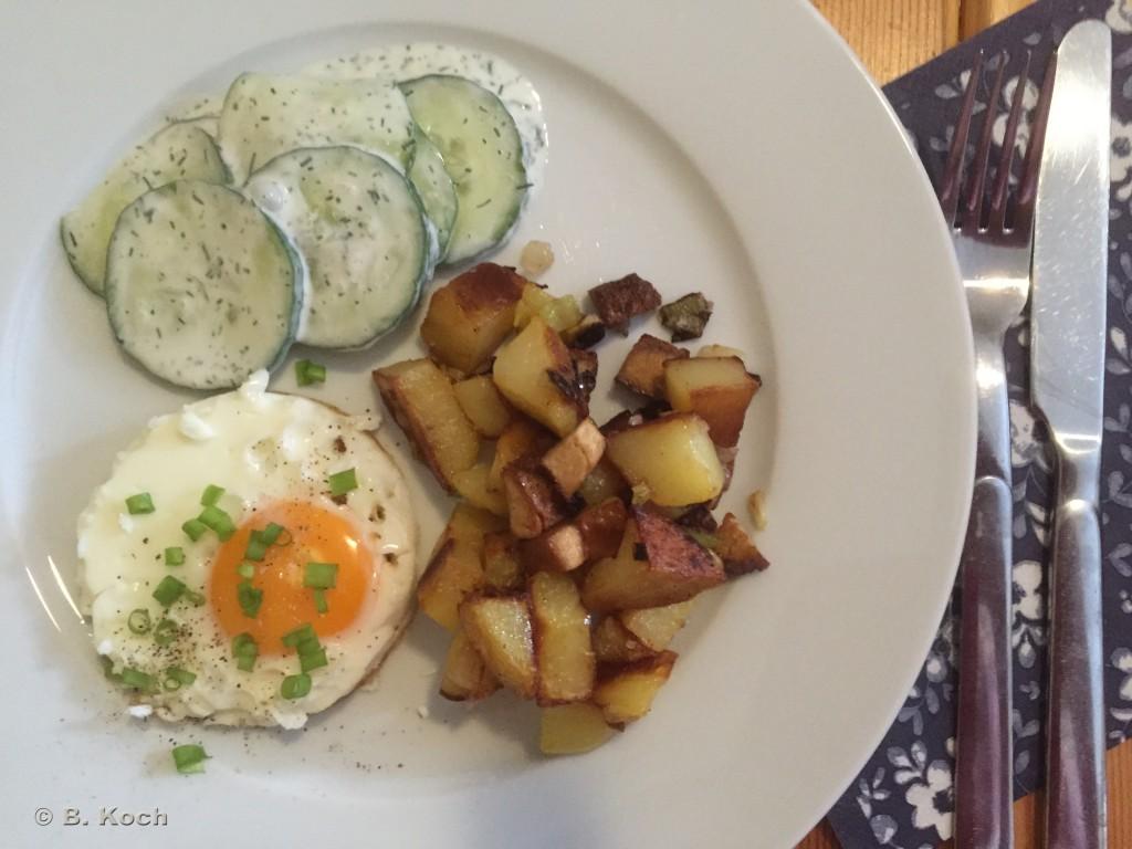 bratkartoffeln_spiegelei_gurkensalat